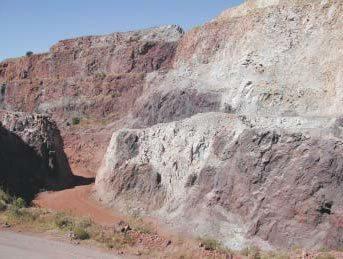 """Dique félsico que corta a la mineralización en el área de """"Charcos""""."""