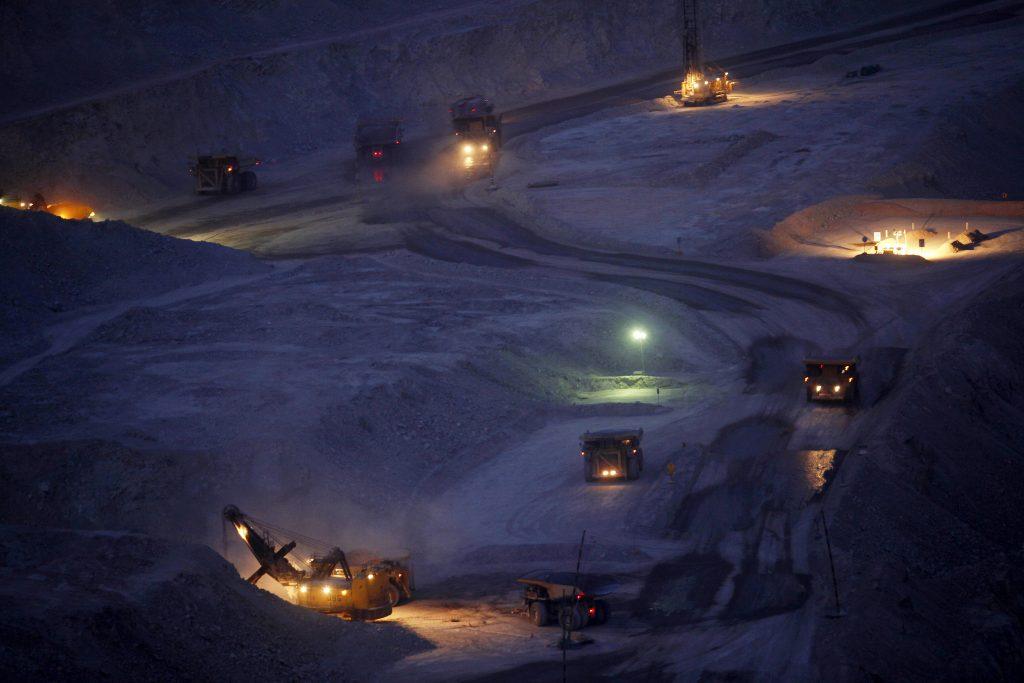 CH01. CALAMA (CHILE), 03/10/2011. Turno de noche en la mina de cobre y oro a cielo abierto de Chuquicamata, a 15 km al norte de la localidad de Calama en la región de Antofagasta, Chile, 3 de octubre de 2011. Administrada por la empresa estatal Codelco (Corporación del Cobre) Chuquicamata es una de las minas más grandes del mundo de su tipo y la mayor en producción de cobre de Chile. EFE/Felipe Trueba