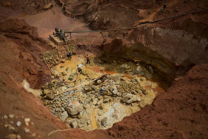 Para llegar a la capa de grava los mineros tienen que excavar cerca de 50 metros.  Foto: AP