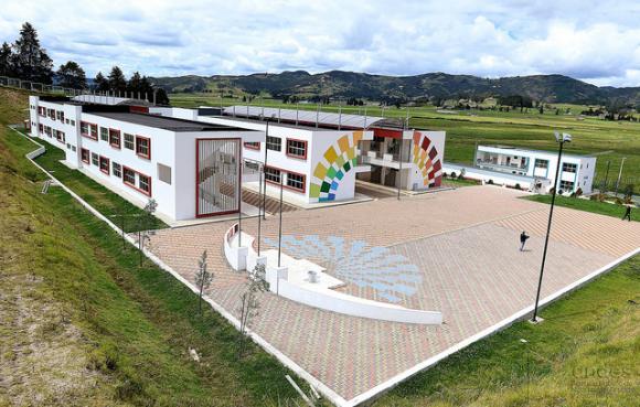 La Unidad Educativa del Milenio de Victoria del Portete es una de las emblemáticas del austro ecuatoriano.